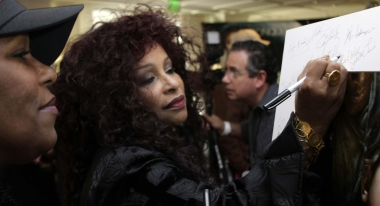 Chaka Khan signs our poster at the AMA Lounge.