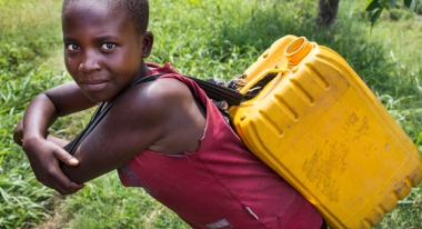A young girl collects water from Lake Kivu in D.R. Congo. ACF-DRC, J. Asenbrennerova