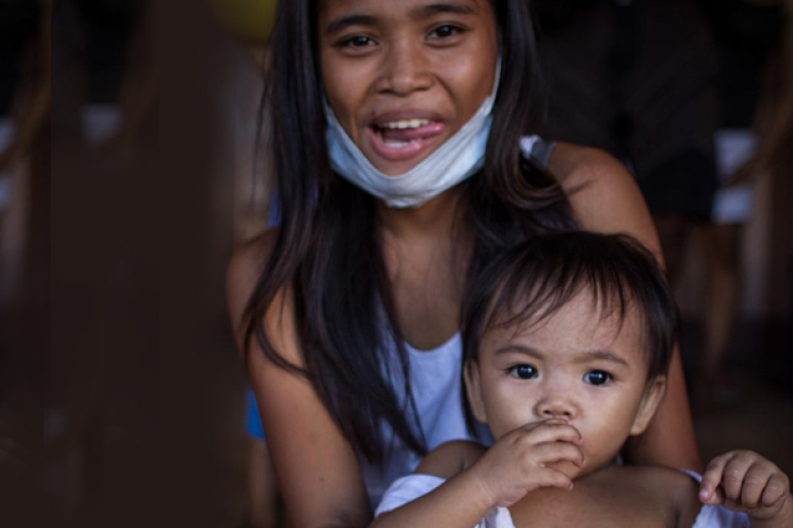 A mother and child in Tacloban receive care from our emergency response teams. Photo: ACF-Philippines, D. Burgui Iguzkiza