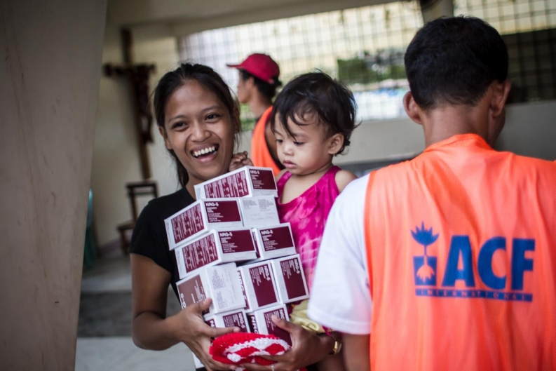 A family in Tacloban receives emergency food rations from our teams. Photo: ACF-Philippines, D. Burgui