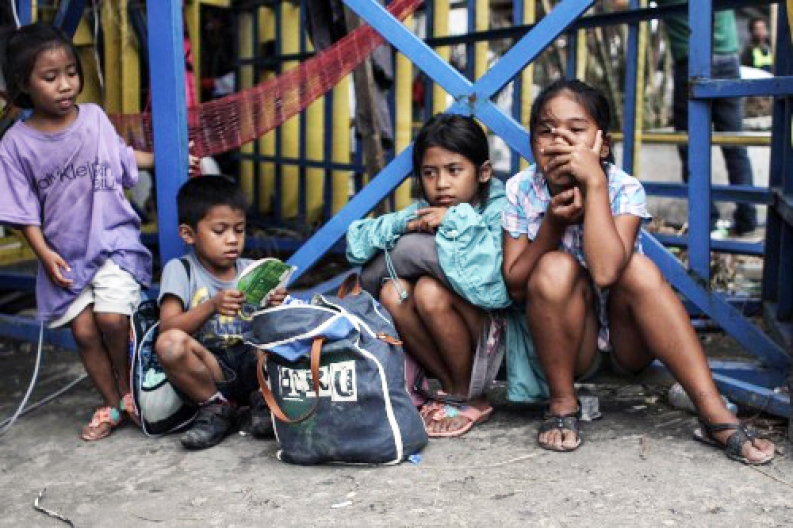 A group of Filipino children wait near the Tacloban airport. Credit: D. Burgui