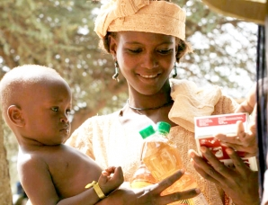 A vulnerable mother in Mali receives rations. Photo: L. Grosjean, ACF-Mali.